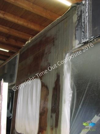 Überstehendes Material mit Gewebeschere abschneiden